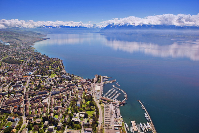 Aerial_view_of_Lausanne__and__Alps_RIDOTTA.jpg